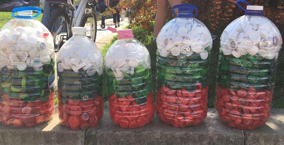 Капачки, подредени в цветовете на българското знаме, събрани за инициативата Капачки за бъдеще